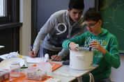 Science Camp Geothermie: Jungs mit Kochtopf